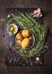 Zutaten für Rosmarinkartoffeln mit Gewürzen und Öl