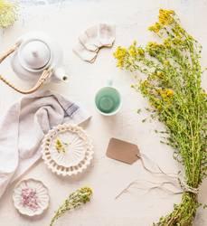 Weiße Teekanne , Tasse und Teebeuteln mit Kräutertee