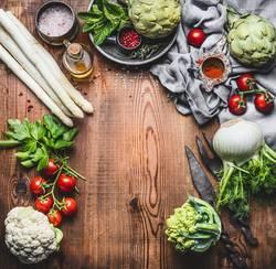 Vegetarische Küche mit Spargel und anderes Bio Gemüse