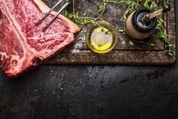 T- Bone Steak mit Öl und Gewürze für Grill oder Braten