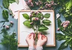 Weibliche Hände machen Blumenstrauß