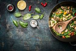 Gedämpftes gesundes Gemüse in Kochtopf mit Zutaten