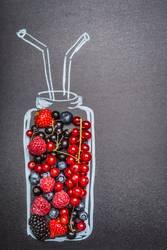 Gemalte Flasche mit frischen verschiedenen Beeren für Smoothie