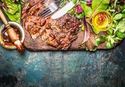 Steak vom Grill serviert mit grünem Salat und Barbecue -Sauce