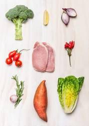 Schweinesteak und frisches Gemüse und Zutaten