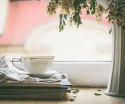 Tee Tasse am Fenster