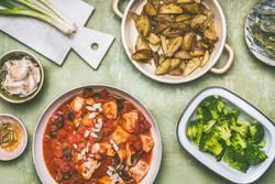 Ausbalancierte Mahlzeit mit Hähnchen und Gemüse