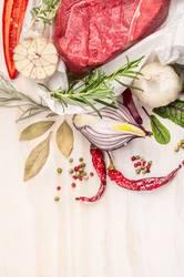 Rohes Fleisch mit Kräuter und Gewürze