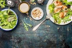Grüner Salat mit Hähnchen, Gabel und Dressing