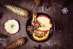 Glühwein Tasse mit Obst und Wintergewürzen
