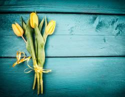 Gelbe Tulpen Blumenstrauß auf türkisblauen Hintergrund
