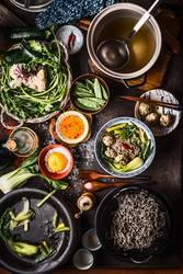 Asiatische Zutaten und Gerichte auf dem Tisch