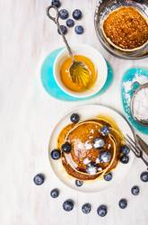 Kleine Pfannkuchen mit Blaubeeren und Sirup