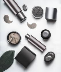 Schwarze und braune Verpackung von kosmetischen Produkten.