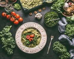 Grüne Nudeln mit Grünkohl Pesto und gegrillten Tomaten