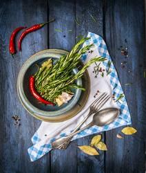 Rustikale Küche mit Kräuter und Gewürze