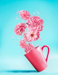 Rosa Tasse mit fliegenden Blumen