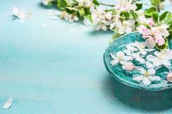 Aroma-Schale mit Wasser und weißen Blüten