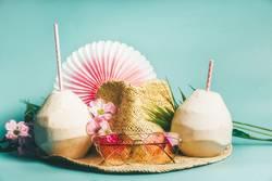 Sommerferien. Strohhut mit Sonnenbrillen und kokosnusswasser