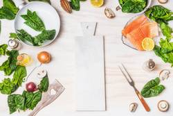 Gesundes Diät Essen mit Spinat Blätter und Lachs