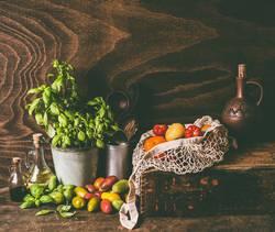 Stillleben mit bunten Tomaten