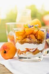 Aprikose Dessert mit Joghurt und braunem Zucker