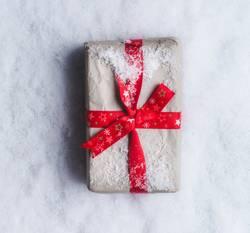 Weihnachtsgeschenk auf Schnee