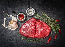 Rohes Fleisch Steak und Zutaten für schmackhafte Küche