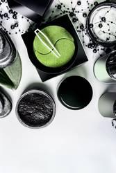 Moderne Hautpflege mit Augen Pads und Kohlepulver
