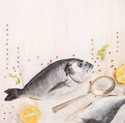 Dorado Fisch roh mit Gewürzen