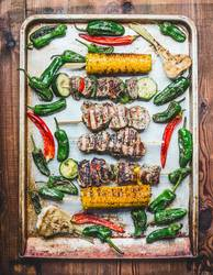 Grillplatte mit gerösteten Fleischspieße ,Gemüse und Maiskolben