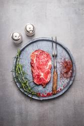 Ribeye Steak roh mit Gewürzen