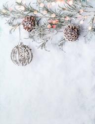 Weihnachten Schnee Hintergrund mit Weihnachtskugel