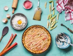 Selbst gemachter Rhabarberkuchen mit Zutaten