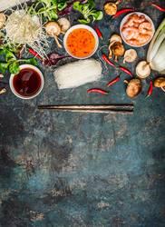 Asiatische Koch Zutaten und Saucen mit Stäbchen