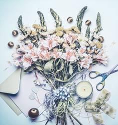 Blumenstrauß mit Grußkarte und Kerze