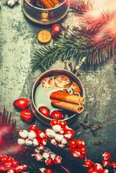 Tasse mit Glühwein und Weihnachtsdekoration