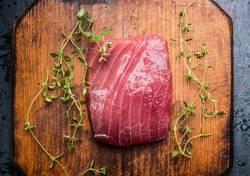 Thunfisch Steak auf rustikalem Holz