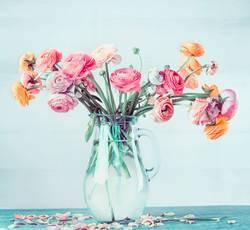 Blumenstrauß mit schönen Ranunculus in Vase