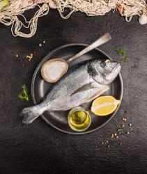Fisch mit Öl und Zitrone zubereiten