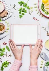 Frauenhände mit Tablet-PC mock up und Lebensmittel