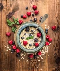 Haferflocken mit Milch und Beeren zum Frühstück