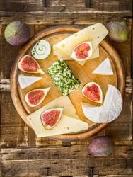 Runde SchneideBrett mit Käse und Feigen