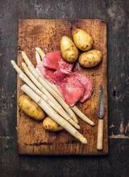 Spargel, Schnitzel, Kartoffeln - klassisch kochen.