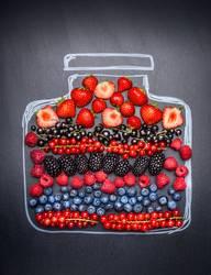 Verschiedene Beeren in gemaltem Marmeladenglas