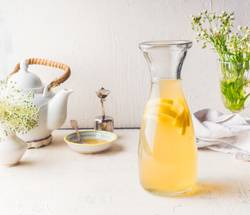 Karaffe mit weißem Tee Zitronen Limonade