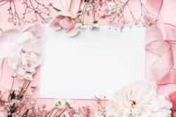 Weiße leere Karte mit Pastell Blumen und Schleife