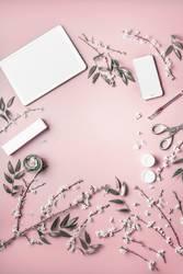 Smartphone und tablet pc mock up mit Blumen und Kosmetik