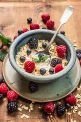 Gesunde Frühstück - Haferflocken mit Milch und Beeren