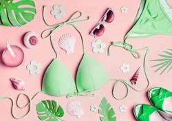Grüner Bikini und Accessoires für Badeurlaub